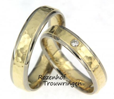 Deze trouwringen zijn uitgevoerd in wit- en geelgoud en zien er beeldig uit! Deze ringen hebben namelijk een mooie bewerking, genaamd hamerslag. Verder laten deze parels u stralen van oor tot oor doordat ze gepolijst zijn. In de damesring bevindt zich een diamant van 0.02 karaat.