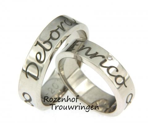 Naamringen van witgoud met daarin, in een fraai lettertype, de naam van uw geliefde en maatje voor het leven. Als vrouwelijke touch is in de dames trouwring, een briljant geslepen diamant gezet.