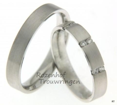 Fijne trouwringen vervaardigd in het witgoud. De subtiele trouwringen bevatten een matte afwerking en in de ring voor haar zitten fonkelende diamanten.