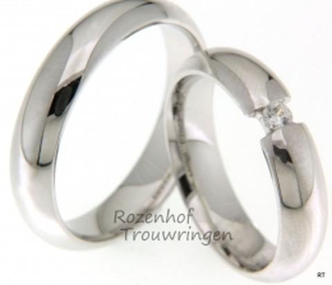 Witgouden trouwringen met een schitterende diamant, de diamant lijkt te zweven tussen de uiteinden van de ringen. Deze ringen passen uitstekend bij iedereen!