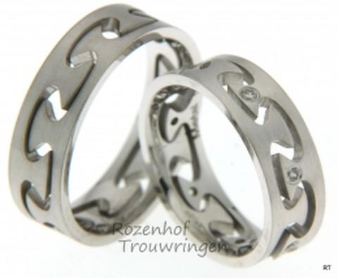 Witgouden trouwringen met uitgestanst motief. De ringen zijn 6 mm breed. In de dames trouwring zijn 7 briljant geslepen diamanten van in totaal 0,07 ct gezet.