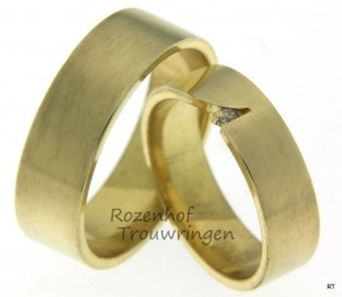 Strak van vormgeving, zijn deze matgouden trouwringen. In de dames trouwring is een briljant geslepen diamant van 0,03 ct, op unieke wijze in de ring gezet.