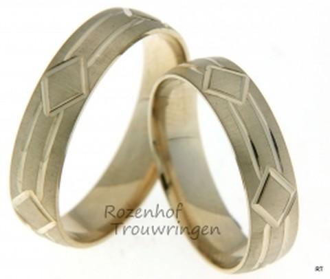 Matte geelgouden trouwringen met glanzend, modern, motief. De ringen zijn 5 mm breed.