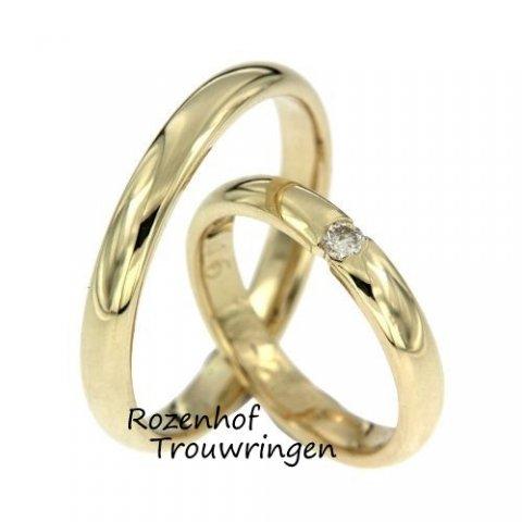 Verliefd op de warme kleur van geelgoud? En opzoek naar een ranke trouwring met één diamant die straalt van elegantie? Dan is dit dé trouwringenset voor jullie!