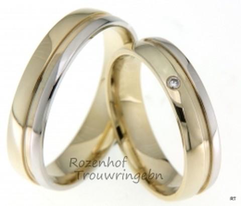 Glanzende, bicolor trouwringen van glanzend geel- en witgoud. Een brede groef scheidt de twee delen van elkaar. De dames trouwring is bezet met een briljant geslepen diamant van 0,02 ct. De ringen zijn 5 mm breed.