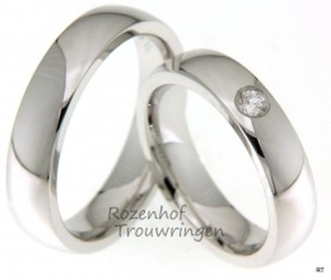 Witgouden, glanzende trouwringen van 5 mm. breed. De dames trouwring bezit een schitterende briljant geslepen diamant van 0,11. Een lust voor het oog!