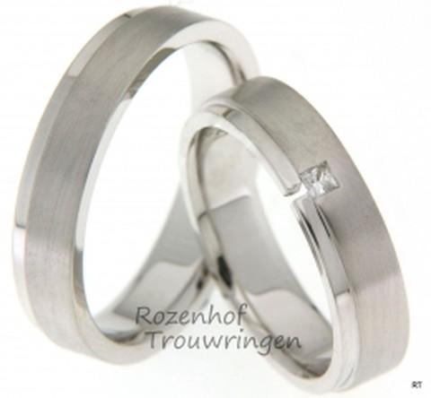Smaakvolle, witgouden trouwringen met matte finish. De ringen zijn 5 mm breed. In de dames trouwring is een princess geslepen diamant van 0,06 ct, gezet.