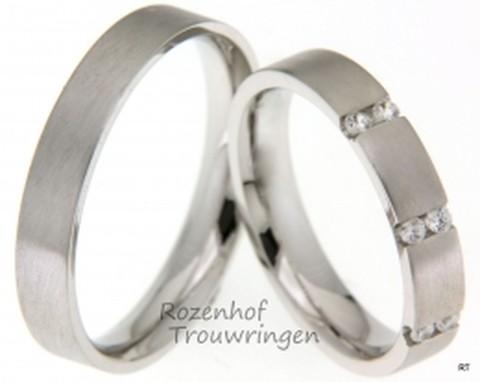 Verfijnd van karakter zijn deze strakke witgouden trouwringen van 4 mm. breed met matte finish. De plaatsing van de 6 briljant geslepen diamanten van 0,15 ct. geeft deze ring haar eigen stijl.