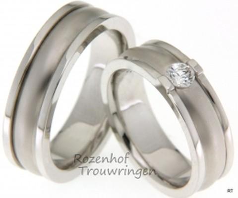 Markante, witgouden trouwringen van 6,5 mm breed. In de dames trouwring is een briljant geslepen diamant gezet van 0,25 ct.