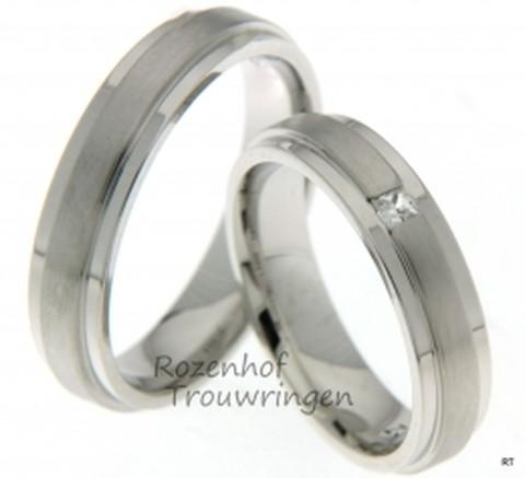 Stijlvolle, witgouden trouwringen van 5 mm breed. De dames trouwring is bezet met 1 princess geslepen diamant van 0,07 ct.