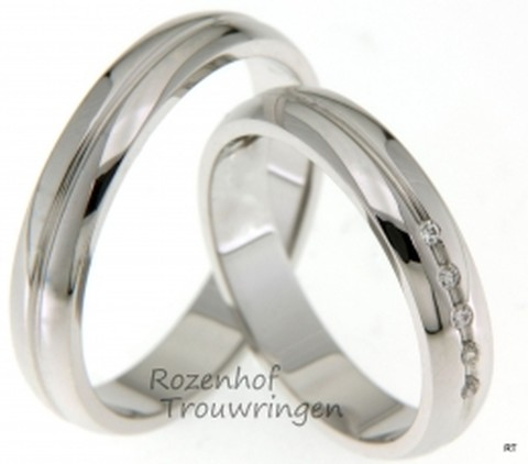 Glanzende, witgouden trouwringen van 4 mm breed. De dames trouwring is bezet met 5 briljant geslepen diamanten van in totaal 0,05 ct.