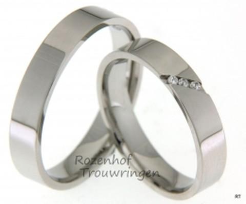 Glanzende, witgouden trouwringen. In de dames trouwring zijn in een groef, op schuine wijze, drie briljant geslepen diamanten geplaatst van in totaal 0,03 ct.