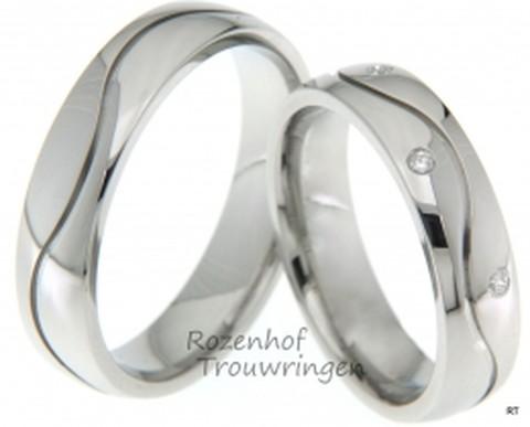 Fraaie hoogglans trouwringen van witgoud. Een speelse kronkelende lijn loopt over de ring. In de dames trouwring zijn, op speelse wijze, drie briljant geslepen diamanten geplaatst van in totaal 0,03 ct.