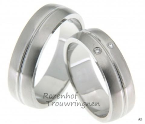 Twee ringen ineen! Matte witgouden trouwringen waarbij het lijkt alsof twee ringen samengesmolten zijn tot één. De dames trouwring bezit op elke helft van de ring een briljant geslepen diamant.