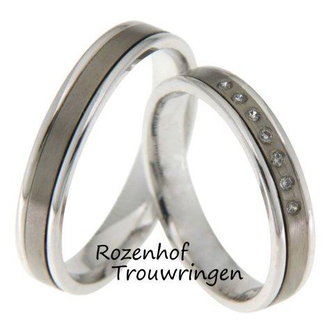 Fijne, 4 mm brede, witgouden trouwringen met binnenbaan van titanium. De dames trouwring is bezet met 7 schitterende, briljant geslepen diamanten van in totaal 0,07 ct.