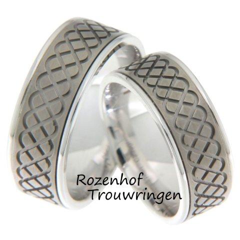 Als een band voor het leven, zijn deze trouwringen vorm gegeven. De breedte van de trouwringen van 8 mm benadrukken dit motief nog eens extra. De ringen zijn vervaardigd uit glanzend witgoud en titanium.