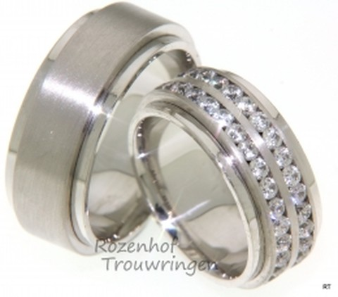 Deze ringen stralen kracht en exclusiviteit uit door de breedte, namelijk 9 mm en de zetting van maar liefst 60 (!) briljant geslepen diamanten van 0,04 ct, in totaal 2,60 ct in de dames trouwring. De ringen zijn vervaardigd uit mat- en glanzend witgoud. Deze ringen zijn verbluffend mooi!