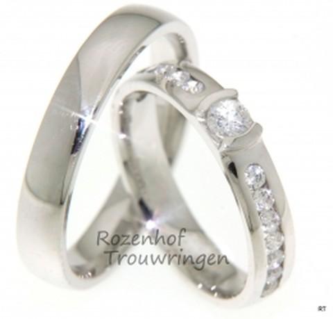 Als strepen van fonkelende sterren grenzend aan een schitterende zon, een wonder! Prachtige glanzende witgouden ringen van 4 mm breed. In de dames trouwring is een briljant geslepen diamant gezet van 0,15 ct en 14 briljant geslepen diamanten van 0,02 ct.