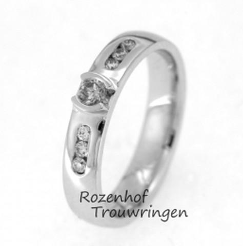 Betoverende verlovingsring van witgoud. De ring is in hoogglans afgewerkt. In de ring zijn 7 schitterende briljant geslepen diamanten gezet, waarvan de grootste als schitterende zon in het midden van de ring is geplaatst.