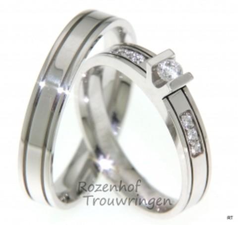Exclusieve witgouden trouwringen van 3,5 mm. In de v-zetting van de dames trouwring is een briljant geslepen diamant gezet van 0,1 ct. Aan beide zijden van de v-zetting zijn tevens 6 diamant geslepen diamanten van 0,01 ct. geplaatst. Deze ringen zijn van ons design.