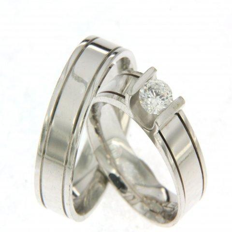 Glanzende witgouden trouwringen van 6 mm breed. In de dames trouwring is een schitterende briljant geslepen diamant gezet van 0,50 ct.