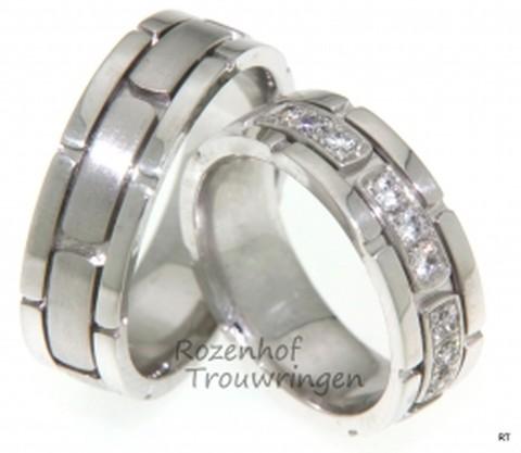 Als bouwsteen voor uw huwelijk, zijn deze witgouden trouwringen ontworpen. De ringen zijn 7 mm breed. In de dames trouwring zijn 9 briljant geslepen diamanten geplaatst van 0,05 ct.