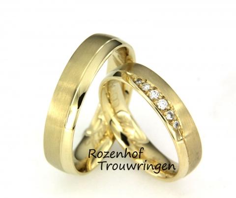 Geelgouden trouwring van 5 mm breed, waarvan een gedeelte bestaat uit glanzend goud en het andere gedeelte uit mat goud. In de dames trouwring zijn 6 briljant geslepen diamanten geplaatst.