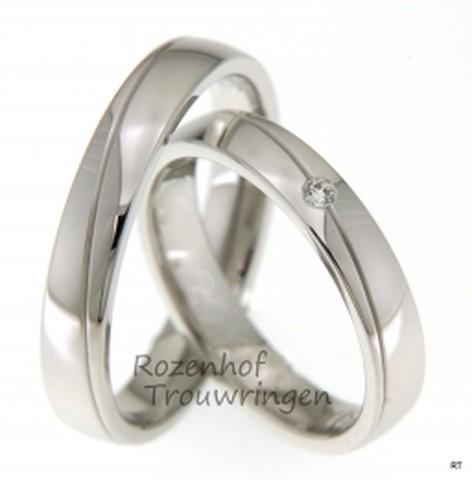 Mooie, 4 mm brede trouwringen van glanzend witgoud, waarin een subtiele groef is gemaakt, waardoor de strakheid van de ring wordt doorbroken. De dames trouwring is bezet met een briljant geslepen diamant van 0,03 ct.