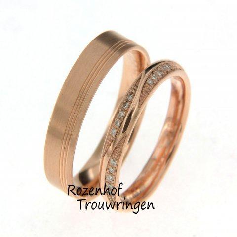Op zoek naar roodgouden trouwringen? Rozenhof Trouwringen is the place to be..Want wat vindt u van deze mooie set? Brede trouwring in combi met elegante ring.