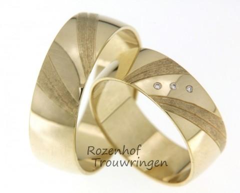 Krachtige trouwringen van zonnig geelgoud. De ringen zijn fraai bewerkt met schuin geplaatste matte vlakken. In de dames trouwring zijn 3 briljant geslepen diamanten gezet in het hoogglans gedeelte.