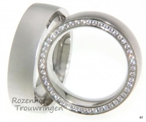 Exclusieve, mat witgouden trouwringen van 6,5 mm breed. In de dames trouwring zijn 88 briljant geslepen diamanten in de rand van de ring verwerkt van in totaal 0,735 ct.
