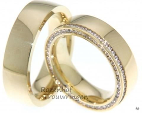 Een fonkelend paar, deze glanzende, geelgouden trouwringen van 6,5 mm breed. Zowel in maanlicht als in zonlicht, deze ringen schitteren altijd. In de dames trouwring zijn rondom briljant geslepen diamanten gezet van in totaal 0,7725 ct.