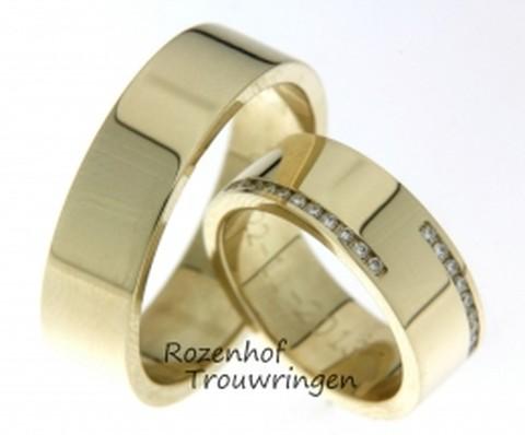 Hoogglanzende, geelgouden trouwringen. In de dames trouwring zijn aan weerszijden van de ring briljant geslepen diamanten gezet.