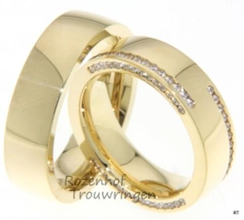 Exclusieve, geelgouden trouwringen. De ringen hebben een hoogglans afwerking. In de dames trouwring zijn zowel op de bovenkant als in de zijkant van de ring, briljant geslepen diamanten gezet.