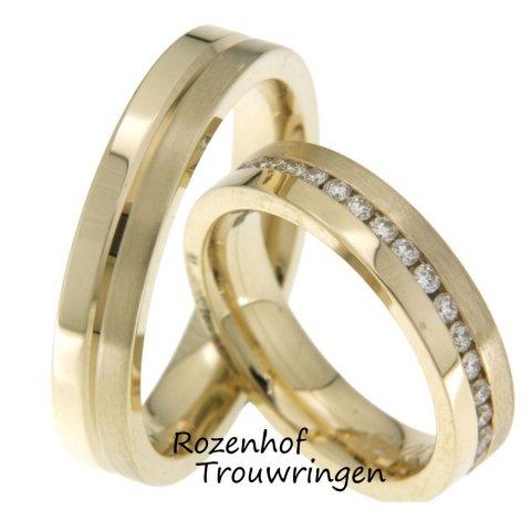 Mooie, 5 mm brede, solide bicolor trouwringen van geelgoud. De geelgouden banden worden door een glanzende groef van elkaar gescheiden. De dames trouwring is rondom belegd met schitterende, briljant geslepen diamanten van in totaal 0,8 ct.