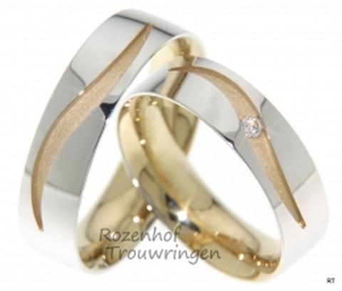 Sierlijke trouwringen van 6 mm. breed. De onderlaag bestaat uit mat geelgoud en de bovenlaag uit glanzend witgoud, waarin een gegolfd patroon is uitgestanst. De dames trouwring is bezet met een briljant geslepen diamant van 0,035 ct.
