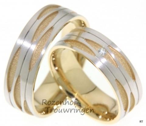 7 mm brede, markante trouwringen. Prachtig opgebouwd uit gezandstraald geelgoud en mat witgoud. De verdeling van de ring in vier aaneengesloten delen met prachtig uitgestanst patroon, geeft de ring zijn specifieke uitstraling. De dames trouwring is bezet met een prachtige briljant geslepen diamant van 0,035 ct.
