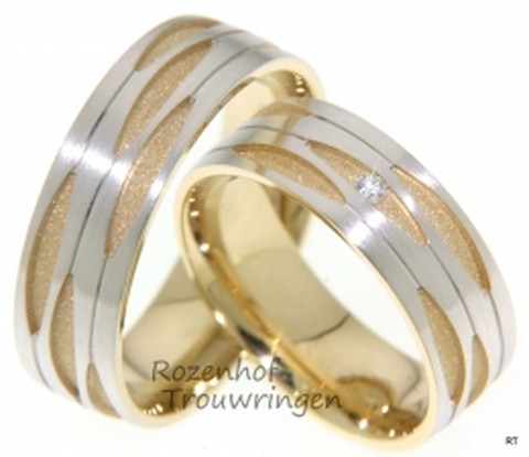 <p>Prachtige opengewerkte ringen, welke een breedte hebben van 7 mm. De onderliggende laag bestaat uit mat geelgoud en de opengewerkte bovenste laag uit witgoud. De dames trouwring is bezet met een briljant geslepen diamant van 0,035 ct.</p>