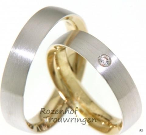 Elegante, bicolor trouwringen, waarvan de binnenkant is vervaardigd uit glanzend geelgoud en de buitenkant uit mat witgoud. De ringen zijn 5 mm breed. De dames trouwring is bezet met een fonkelende, briljant geslepen diamant van 0,055 ct.