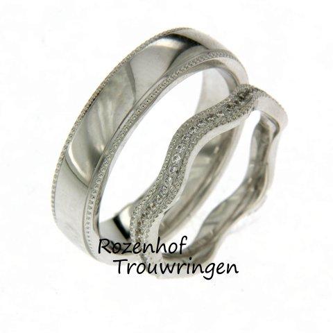 Golvende trouwringen met diamanten