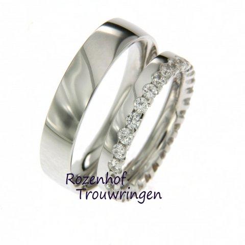 Deze trouwringen set is een perfecte combinatie van tijdloos & trendy. De vele diamanten in de trouwring voor haar zijn namelijk een eindeloze trouwringentrend.