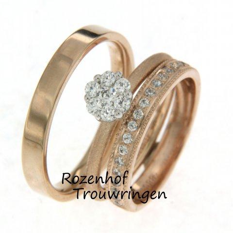 Een trouwringen set bestaand uit drie trouwringen vervaardigd in rood- en witgoud met schitterende diamanten en een elegante look voor een trendy bruidspaar.