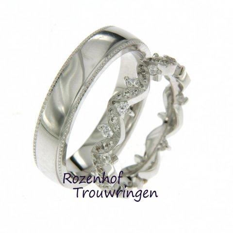 Deze elegante trouwring is versierd met veel diamanten. Dus bent u dol op diamanten en houdt u van exclusiviteit en elegantie? Ga dan voor dit trouwringenpaar.