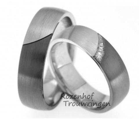 Classy, witgouden trouwringen met ruthenium. De ringen hebben een matte finish. In de dames trouwring zijn briljant geslepen diamanten van verschillende groottes gezet.