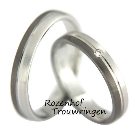 Een no nonsense ring uit onze Dia y Noche collectie. Gewoon een mooie, betaalbare trouwring van witgoud met ruthenium, maar wel met een schitterende diamant in de dames trouwring.