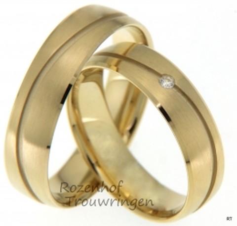 Geelgouden trouwringen van 5,5 mm breed met 1 briljant geslepen diamant van 0,02 ct.
