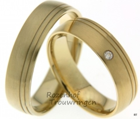 Geelgouden trouwringen van 5,5 mm breed met 1 briljant geslepen diamant van 0,03 ct.
