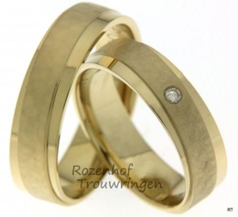 Geelgouden trouwringen van 6 mm breed van ons design. In de dames trouwring prijkt een briljant geslepen diamant van 0,037 ct.