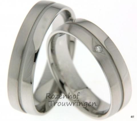 Witgouden trouwringen van 5,5 mm breed met 1 briljant geslepen diamant van 0.015 ct.