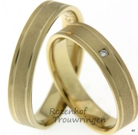 Ranke, geelgouden trouwringen van 4,5 mm breed met 1 briljant geslepen diamant van 0,015 ct.